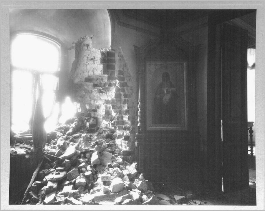Выставка о Гражданской войне в Крыму. Чёрно-белое фото. Храм