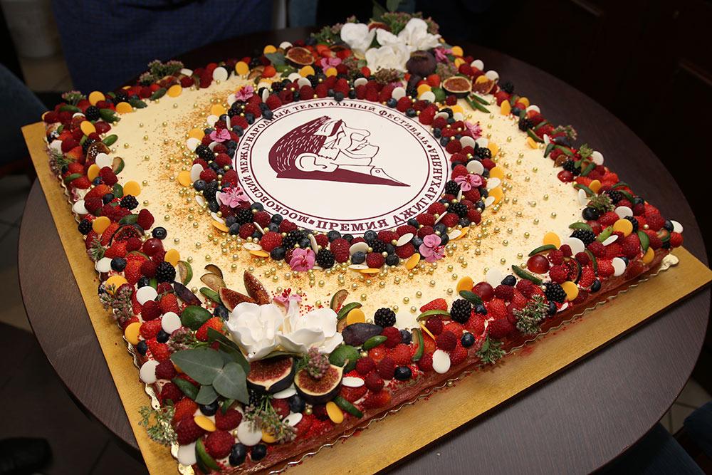 Премия «На Благо Мира» поддержала «Премию Армена Джигарханяна», торт.
